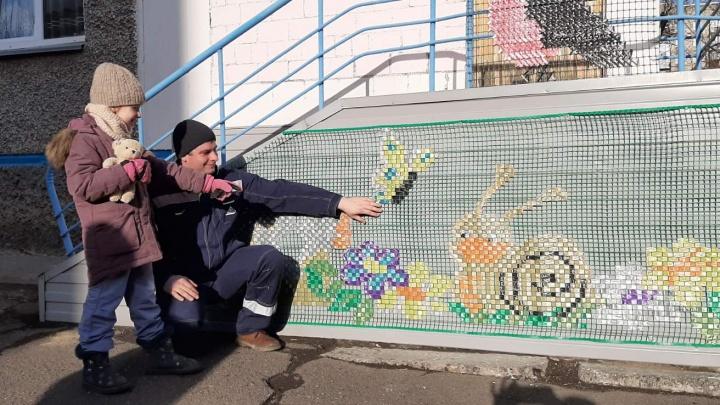 Дворник-художник детского сада на Астраханской рисует для малышей метлой на снегу