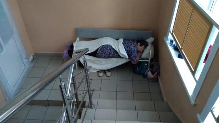 В Новосибирской области пациентам поставили койки на лестничной площадке — в ЦРБ объяснили почему