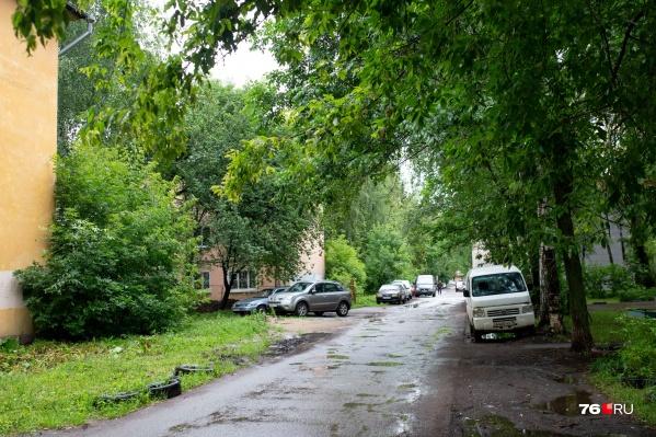 Парковка на газонах стала уже обычным явлением в городе