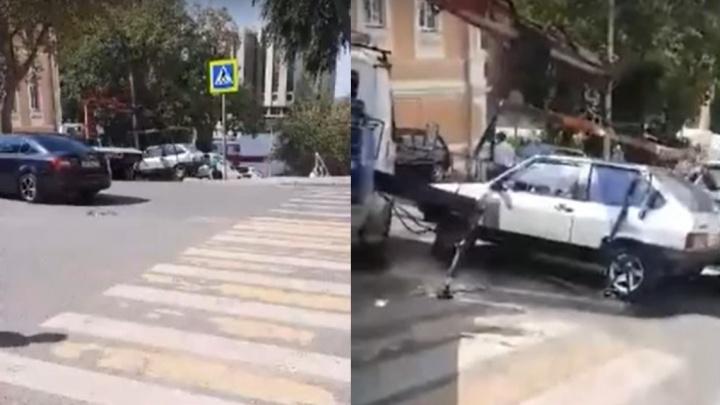 В Самаре эвакуатор уронил машину