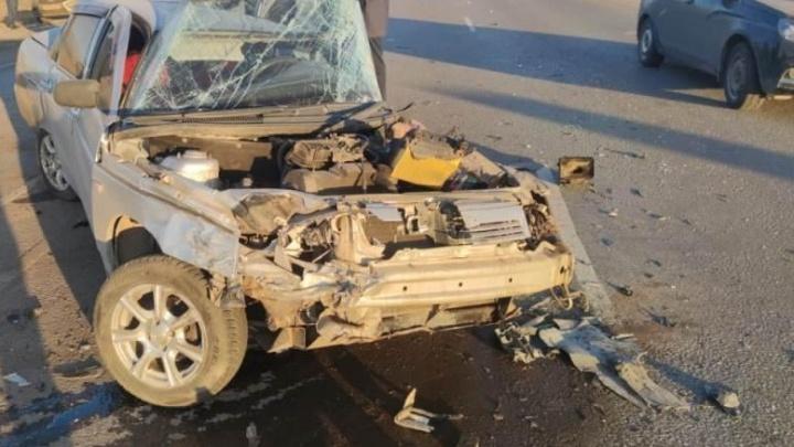 Оторвало капот и стекло: на трассе в Самарской области «десятка» протаранила две иномарки