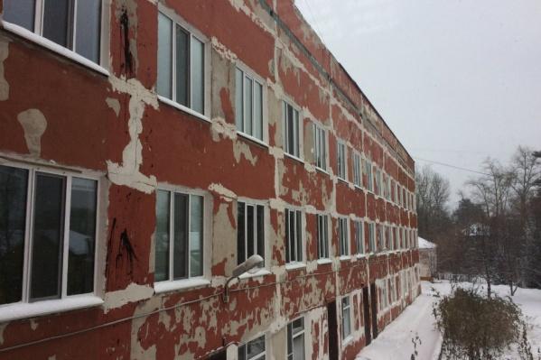 Фасад инфекционного корпуса нуждается в ремонте