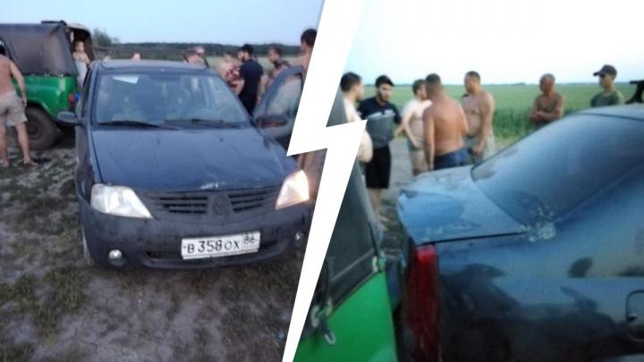 Сбил мужчину с ребенком и убежал: в Плеханово водитель наехал на пешеходов, сдавая задним ходом