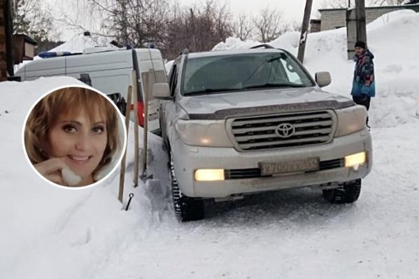 Жители Первомайского района недовольны уборкой снега. В минувшие выходные на дороге застряла скорая помощь — машину доставал сам глава района