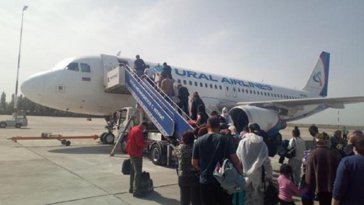 Одного пассажира увезли на скорой: прилетевших из Бишкека россиян отправили в обсерватор в Сысерти
