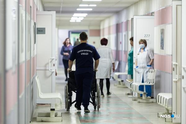 Сейчас нагрузка в больнице по экстренным пациентам выросла в три раза