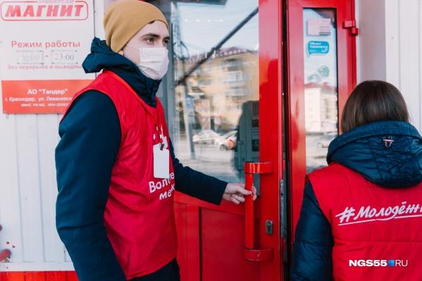 На время самоизоляции пермяков просят сидеть дома, свободное перемещение есть у волонтеров, кто доставляет продукты нуждающимся. На работу можно ездить только по специальным пропускам, которые выдает работодатель