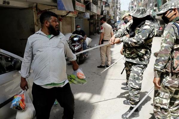 В Индии действует карантин строгого режима. Отходить от дома можно на 100 метров. Нарушителей поколотят до синяков<br>