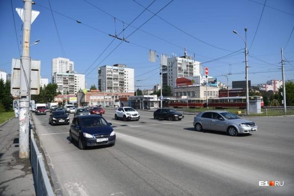 Пешеходный переход на Уралмаше внезапно убрали из-за давнего ДТП