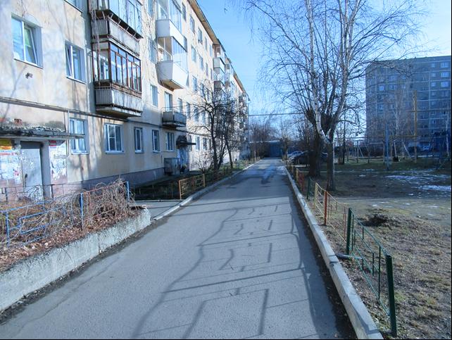 Проверяющий не нашел свалку и грязь у дома на Белоярской, 38