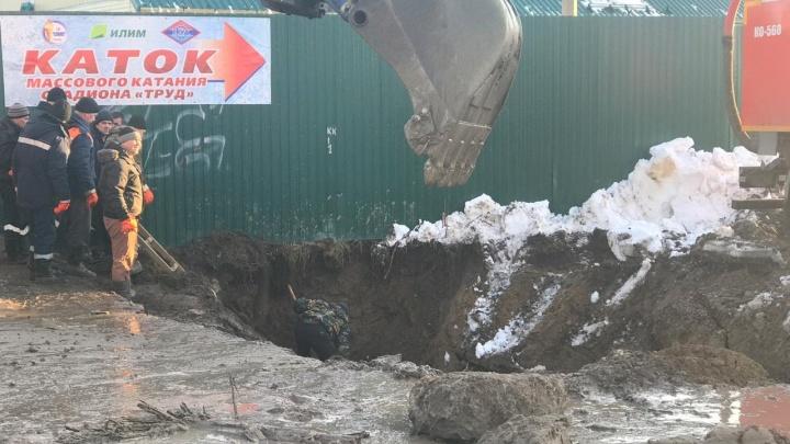 В Коряжме слесаря задавило песком в канализационном колодце