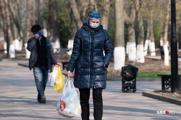 В ближайшие дни большинство пермяков будет выходить из дома только за продуктами. Делать это можно будет исключительно в масках и перчатках (последние людям на фото стоило бы надеть)