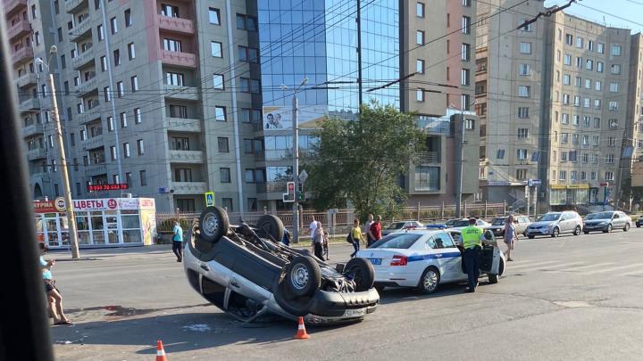 «Слышали очень сильный удар»: на Северо-Западе Челябинска в результате ДТП перевернулась «Нива»