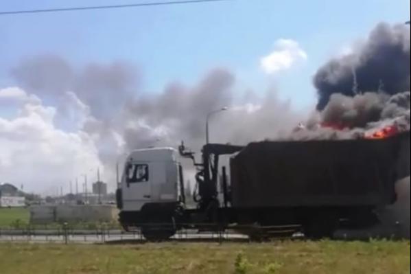 Клубы огня и дыма окутали кузов автомобиля