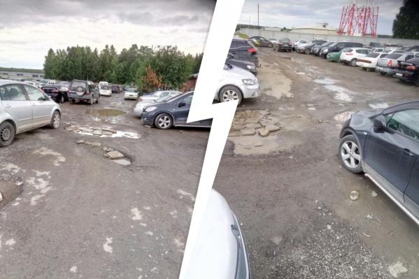 Несмотря на удаленность от входа в терминал, парковка заполнена машинами