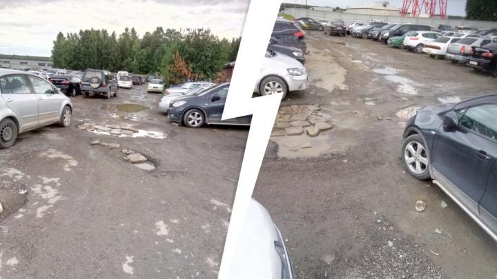 «Как будто специально бомбят дорогу»: водитель о бесплатной парковке в аэропорту