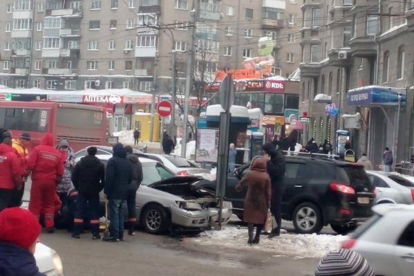 Водитель разбросал пешеходов на «зебре» и затормозил, уткнувшись в дорожный знак