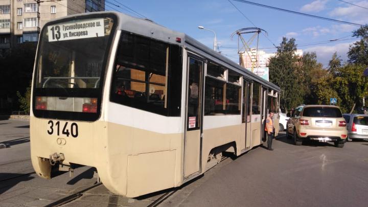 В трамвай № 13 врезалась легковушка — из-за аварии транспорт встал