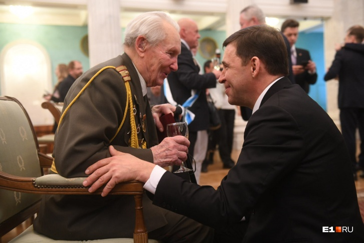 Чтобы поздравить ветеранаМихаила Числова, губернатор спустился в зал