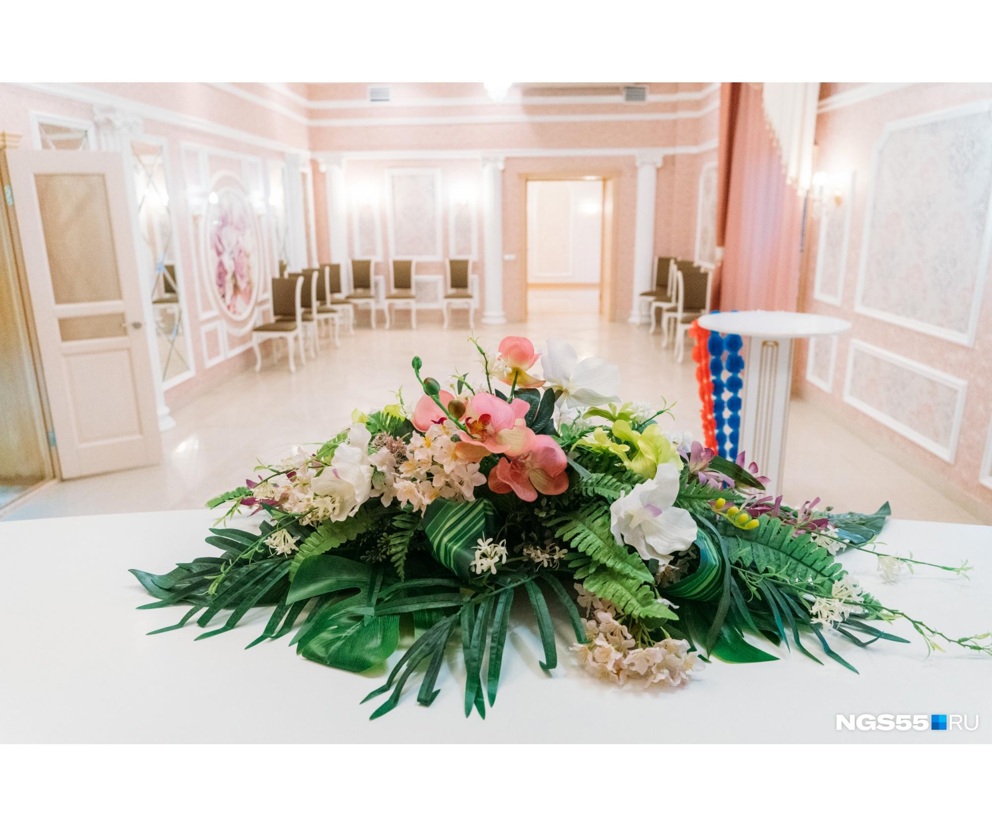 В золотом зале церемонию бракосочетания ведут два специалиста. В розовом — один