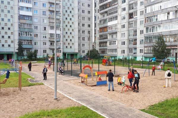 Денис Кузьмин считает, что эта детская площадка на улице Дачной «как бы сдана, но не доделана». Согласны с ним?