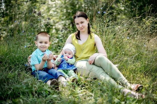 У Маргариты (посередине на фото) от рождения не было опоры на ноги