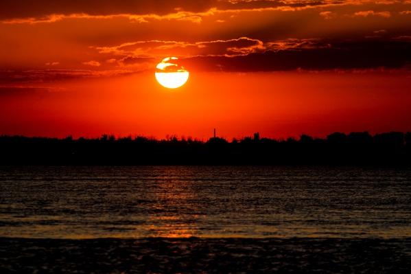 Ранним утром город окутан ярко-красным полотном