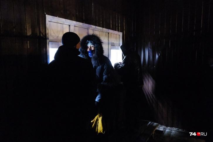 Здесь люди стоят в очереди к сотрудникам ГИБДД. Наш фотограф подошел к этим окошкам, и ему в нос ударил резкий запах мочи