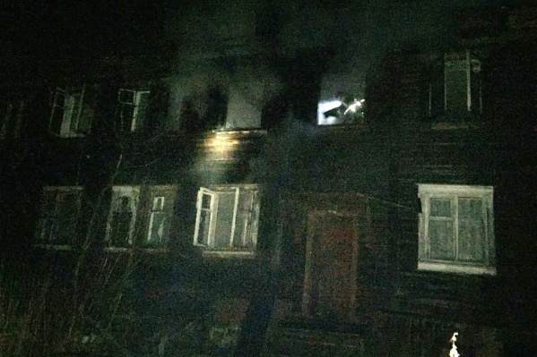 В старом деревянном доме были заселены только две квартиры — пожар возник в одной из них