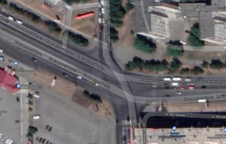 Улица Чайковского в этом месте делает изгиб, вынуждая движущиеся прямо машины прижиматься левее