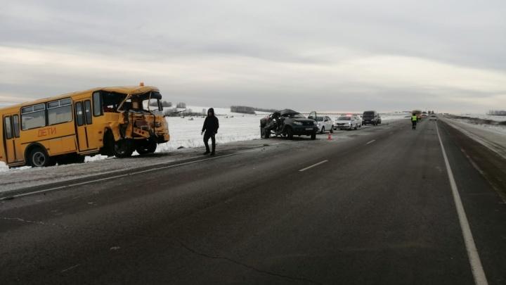 На обходе Красноярска УАЗ влетел в школьный автобус: есть погибший