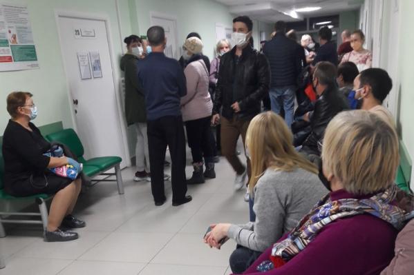 В зауральских больницах и поликлиниках сейчас имеются огромные очереди из пациентов, которые хотят получить медицинскую помощь. Власти региона перечислили случаи, когда лучше остаться дома и вызвать врача