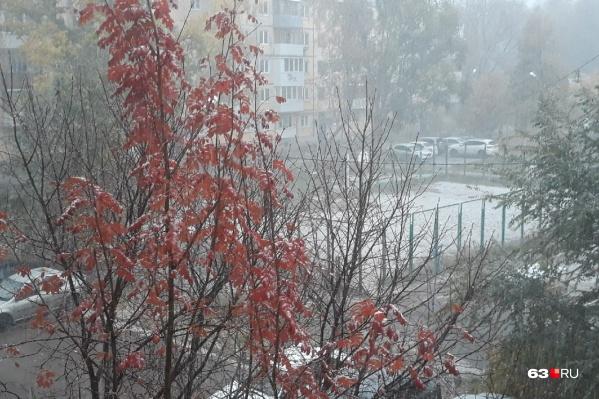 В некоторых дворах Самары снег даже накрыл землю. Правда, ненадолго