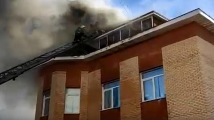 Эвакуировали двоих: в МЧС рассказали первые подробности пожара на улице Северодвинской