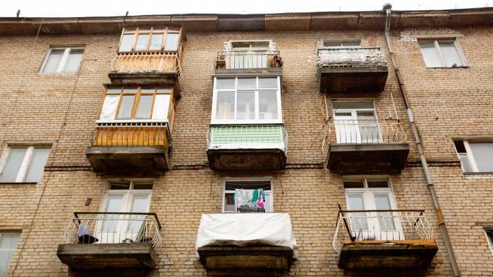«Стояли у закрытых дверей и отговаривали»: в Рыбинске спасли пенсионерку, стоявшую на краю окна