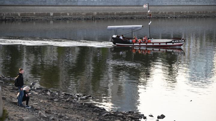 Рыбы обрадуются: Городской пруд начали наполнять водой