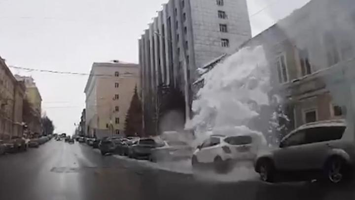 Видео: в Уфе снежная лавина сошла на тротуар прямо перед пешеходом и накрыла машины у обочины