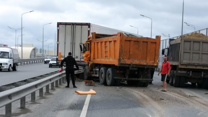 Авария из пяти грузовиков частично заблокировала движение на тюменской объездной
