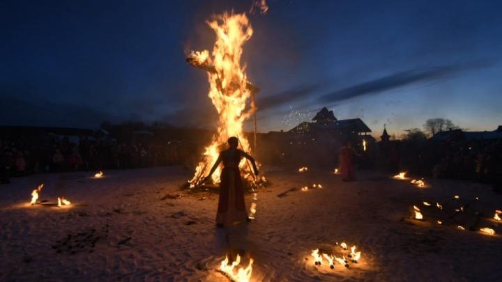 Поджигали чучело огнеметом и шли «стенка на стенку»: 10 лучших фото празднования Масленицы на Урале