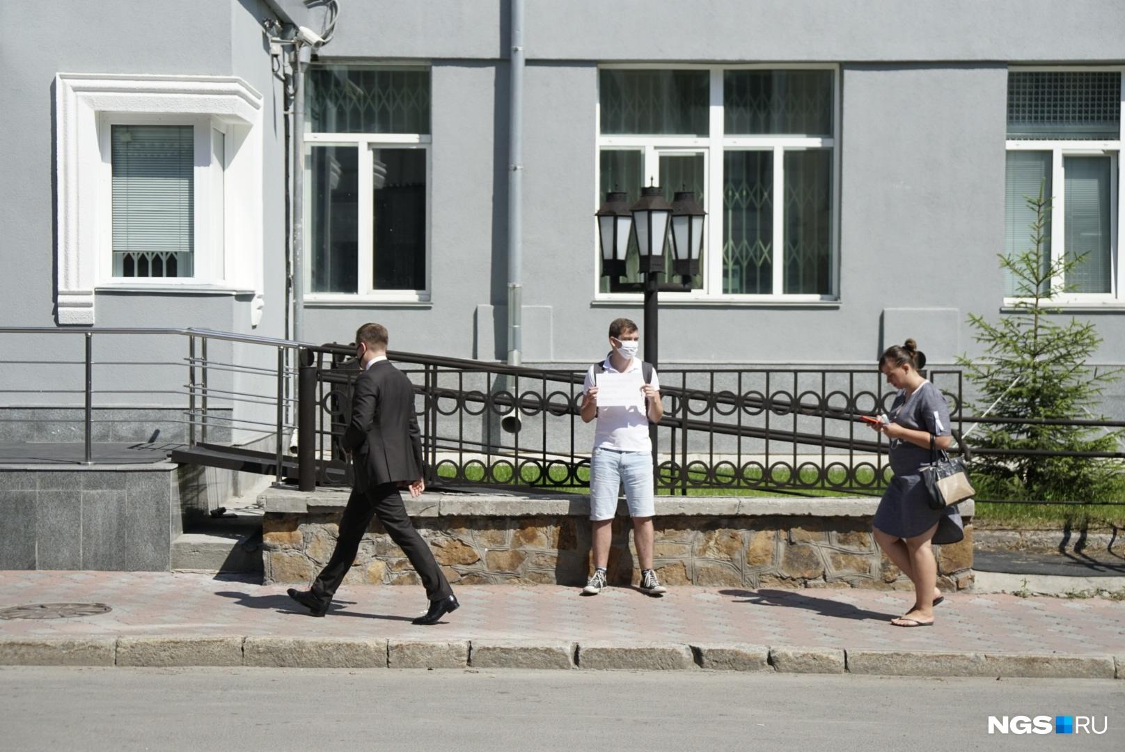 Риту Логинову на пикете сменил её коллега Ярослав Власов