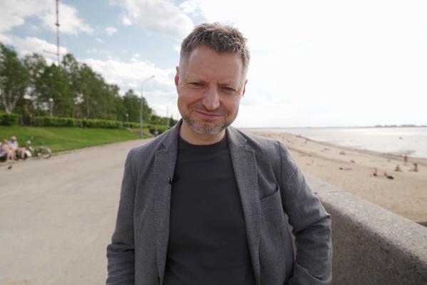 Анонсируя выпуск, Алексей Пивоваров предложил угадать подписчикам, в каком городе находится этот пляж