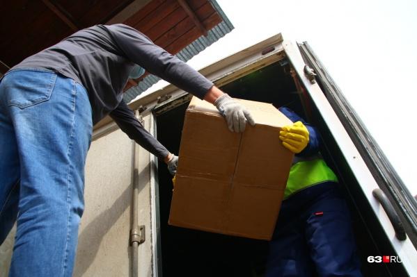Маски в коробках доставили на склад на Товарную, 7. Оттуда их распределили по торговым сетям и аптекам