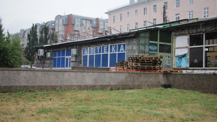На Театральной площади разбирают павильон, незаконно построенный почти 20лет назад