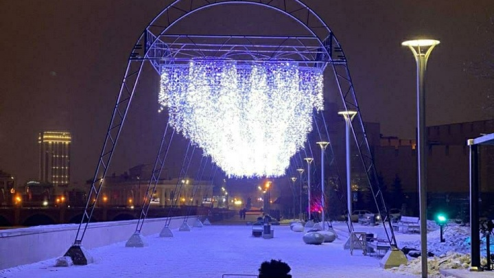 В центре Челябинска зажгли новый световой тоннель на набережной. Смотрим, каким он получился