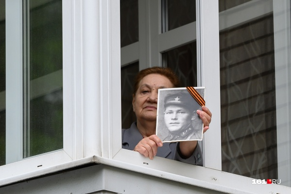 Один из вариантов отпраздновать — выглянуть в окно с портретом ветерана и спеть с соседями «День Победы»