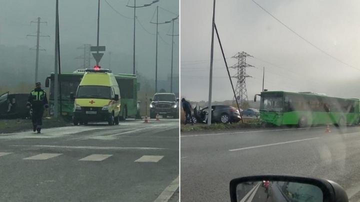 На Губернской пассажирский автобус на скорости протаранил иномарку
