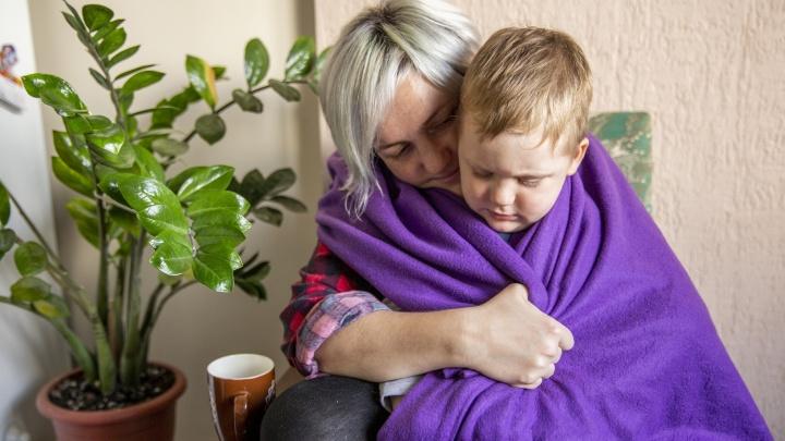 «Дети спят в одежде»: жителей ярославской деревни оставили без отопления