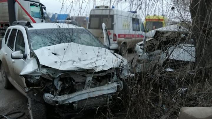 «Один погиб, другого пытались откачать врачи»: на юге Волгограда столкнулись «семерка» и кроссовер