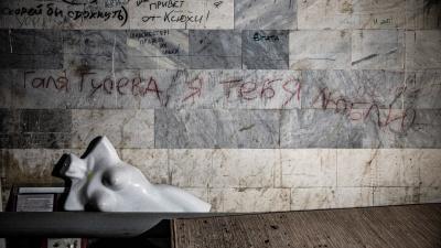 90-е не вернутся никогда: чем жили подростки в конце прошлого века — читаем надписи на стенах