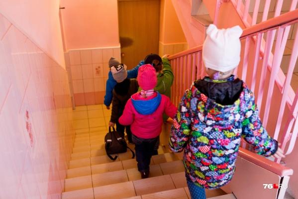 Девять малышей и их родителей в Рыбинске отправили на изоляцию